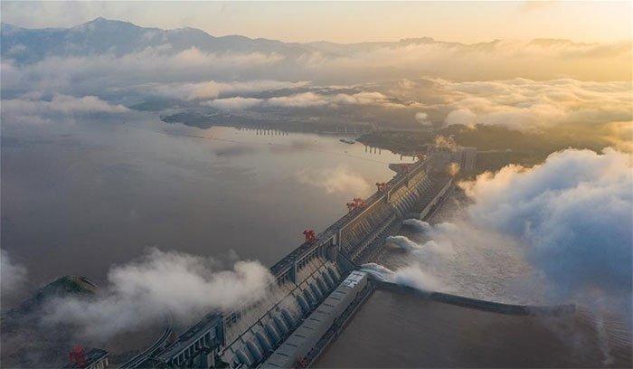 Cảnh tượng đập Tam Hiệp xả lũ ồ ạt ở Hồ Bắc