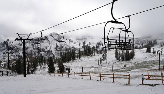 Cảnh tượng hy hữu, vẫn đang mùa hè nhưng tuyết rơi kín California