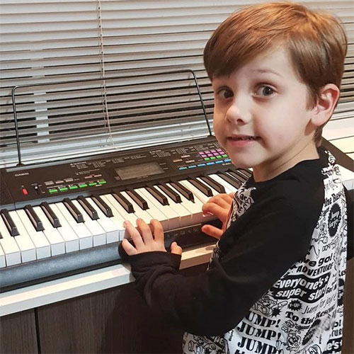 Cậu bé 7 tuổi biết 9 thứ tiếng, tự viết nhạc nhưng người mẹ nói đó là một hội chứng