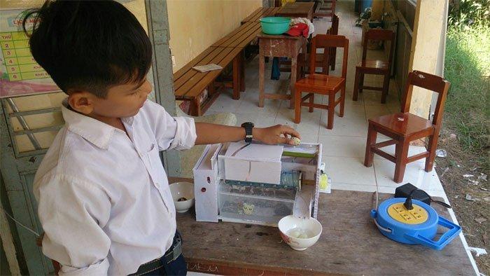 Cậu bé tiểu học người Khmer chế máy lột vỏ trứng cút tự động siêu độc