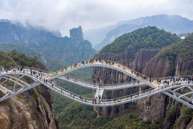 Cầu kính uốn cong kích thích cảm giác mạnh, lạ đến khó tin ở Trung Quốc