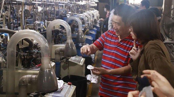 Chàng trai tái chế chai nhựa thành tất xuất khẩu