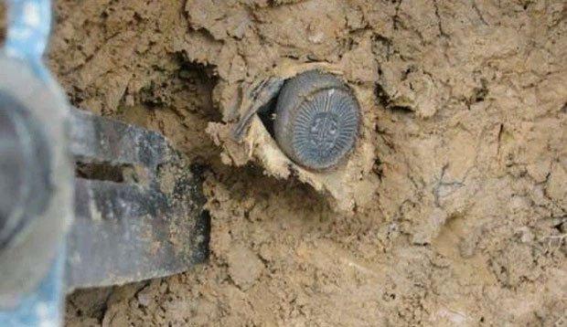 Chàng trai tưởng đào trúng đồng xu cổ trên núi: Khi đào xuống sâu hơn, anh đã bỏ chạy vì sợ hãi!