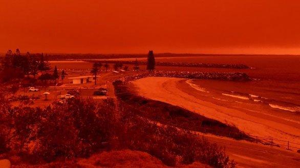 Cháy rừng dữ dội tạo ra mây lửa, trời chuyển màu đỏ cam như tận thế