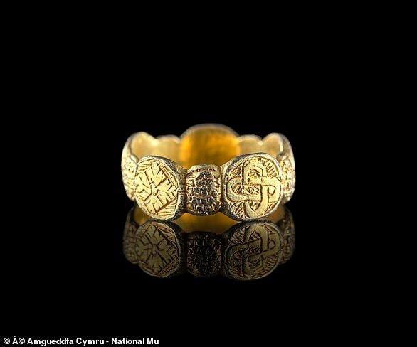Chiêm ngưỡng báu vật bằng vàng tuyệt đẹp thời Trung cổ được phát hiện ở Wales
