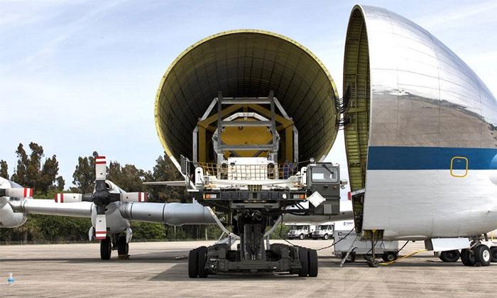 Chim sắt của NASA chở tàu vũ trụ tới cơ sở thử nghiệm