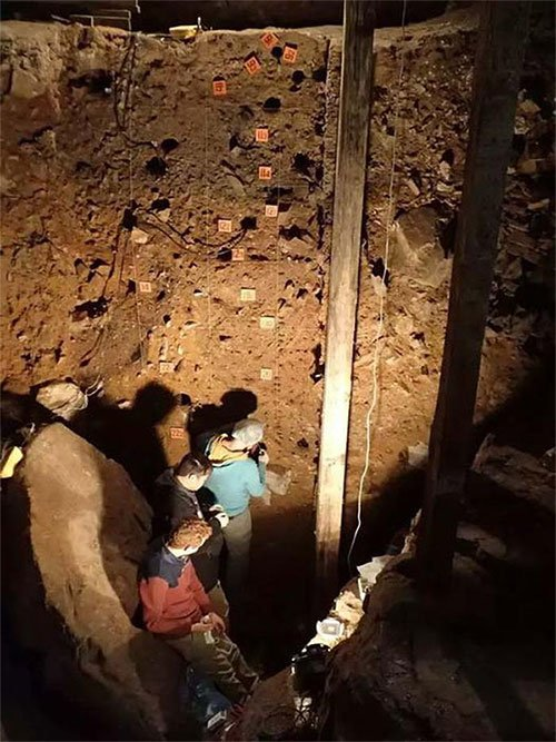 Choáng váng hang động có 3 loài người cùng chung sống