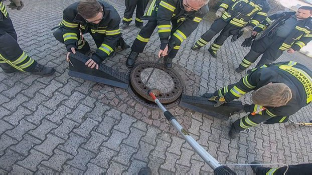 Chú chuột bị kẹt ở nắp cống vì quá béo, cả đội cứu hỏa phải hợp sức để giải cứu