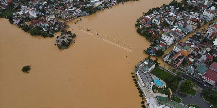 Chùm ảnh: Trung tâm thành phố Huế ngập nặng do mưa lũ kéo dài, nước tiến sát mép cầu Trường Tiền