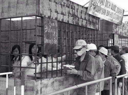"""Chuyện chưa kể về cốc bia vại """"huyền thoại"""" ở Hà Nội: Thiết kế trong 1 giờ, thống trị suốt 40 năm"""
