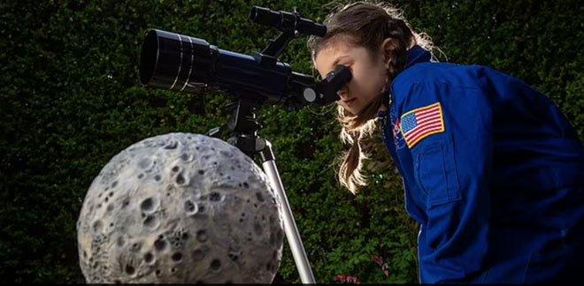 Cô bé mê khoa học được freeship vật lưu niệm lên Mặt trăng