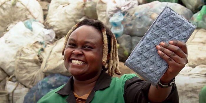 Cô kỹ sư mở nhà máy tái chế rác nhựa thành gạch, thành phẩm nhẹ và bền chắc hơn gạch thường