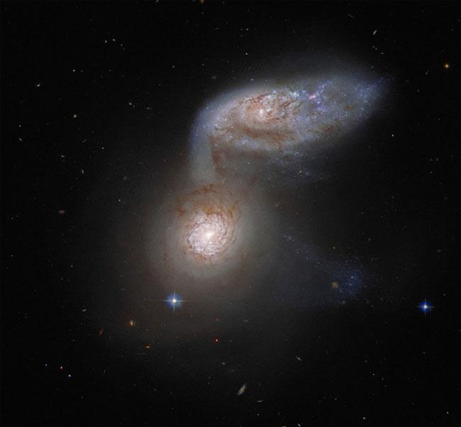 Cơ quan vũ trụ châu Âu chụp được vụ va chạm thiên hà cách xa 100 triệu năm ánh sáng