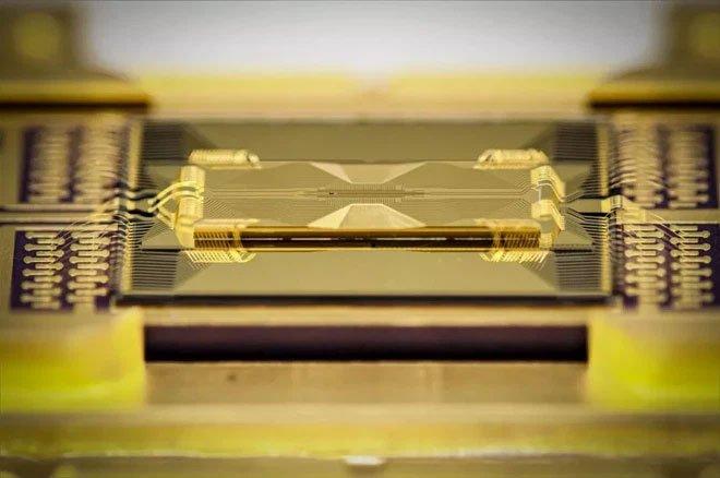 Công ty Mỹ phát triển chip lượng tử thủy tinh, giúp tăng sức mạnh chip lên hàng trăm qubit