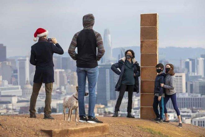 Cột tháp bí ẩn xuất hiện ở San Francisco giữa Giáng sinh