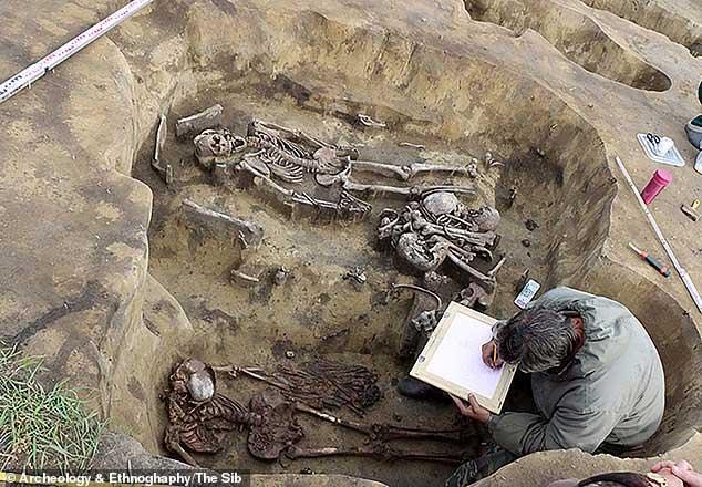 """Cực sốc hài cốt """"người chim"""" trong mộ cổ 5.000 tuổi"""