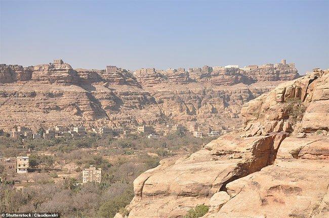 Cung điện 100 năm tuổi xây trên cột đá thẳng đứng ở Yemen