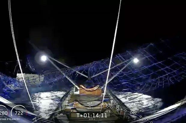 Cuối cùng SpaceX cũng bắt thành công mũi tàu vũ trụ bằng tấm lưới lênh đênh giữa biển