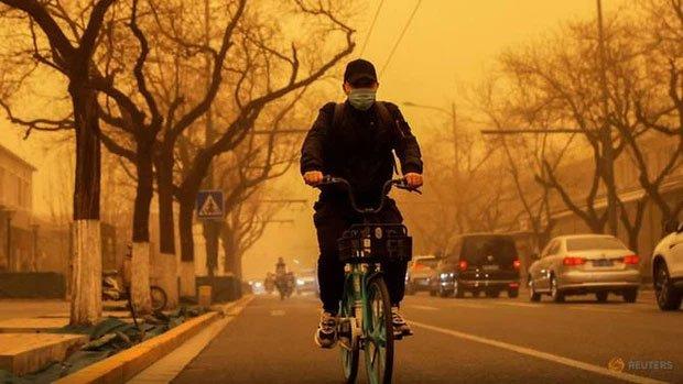 Cuồng phong mạnh nhất thập kỷ đổ bộ, cả Bắc Kinh chìm trong màu nâu nhạt