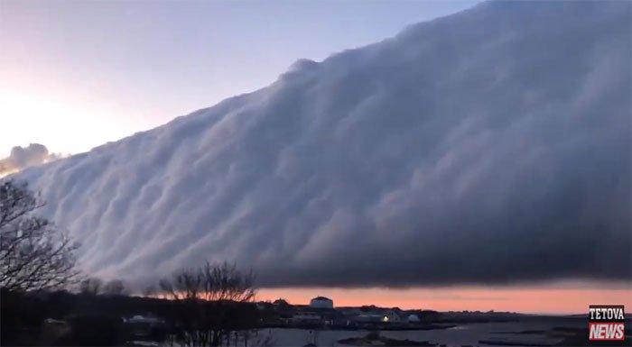 Dải mây cuộn dài hàng trăm km chắn ngang trời