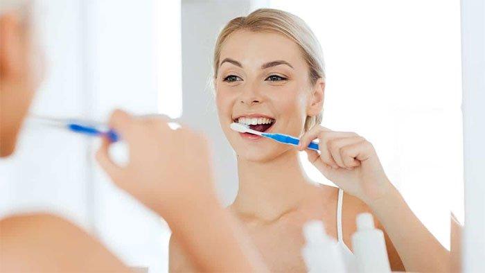 Đánh răng trước khi ăn sáng hay sau khi ăn sáng thì tốt cho răng miệng?
