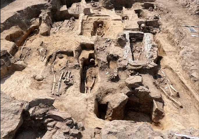 Đào bới cánh đồng bắp, phát hiện nhà thờ cổ lộng lẫy và 70 ngôi mộ ngàn năm
