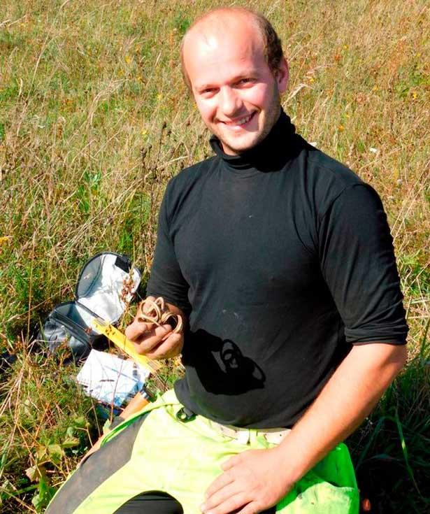 Đào được vòng bằng vàng ròng hình dáng kỳ lạ 1.700 tuổi ở Estonia