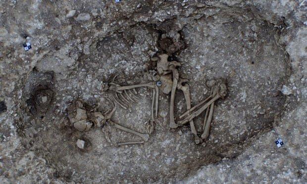 Đào hầm, phát hiện hài cốt 4.500 tuổi an nghỉ trong chiếc nồi