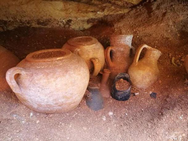 Đào ống nước, lọt vào hầm mộ 2.000 năm đầy cổ vật quý
