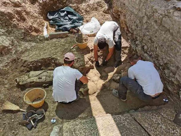 Đào vườn, phát hiện 32 người nằm trong bình khổng lồ từ thế kỷ 2