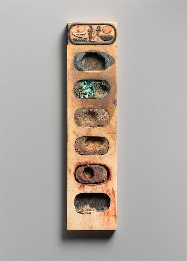 Đây là bảng pha màu vẽ có niên đại hơn 3000 năm tuổi, có nguồn gốc từ Ai Cập cổ đại