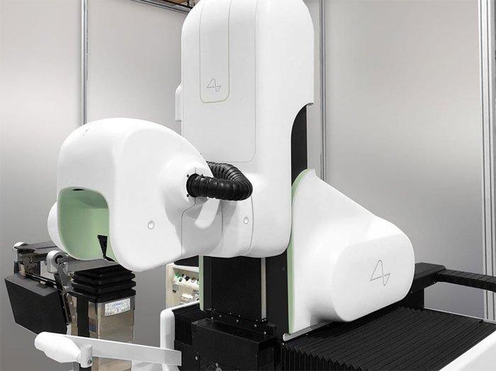 Đây là con robot cao 2,4m được Elon Musk thiết kế để đưa chip AI Neuralink vào não bạn