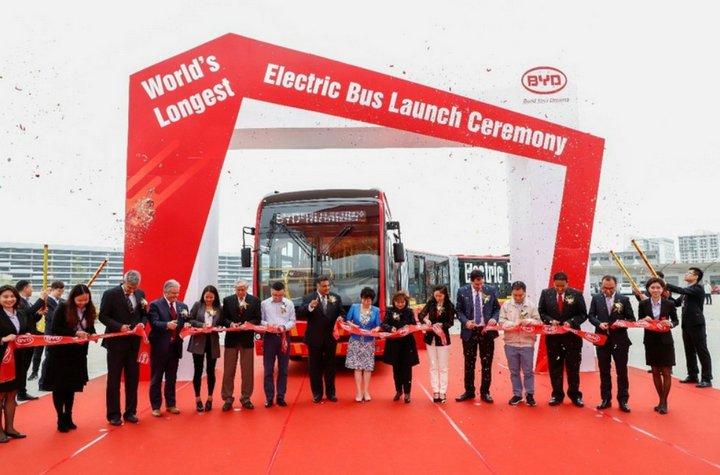 Đây là mẫu xe buýt điện dài nhất thế giới với chiều dài lên tới 26 mét, chở được 250 khách/chuyến
