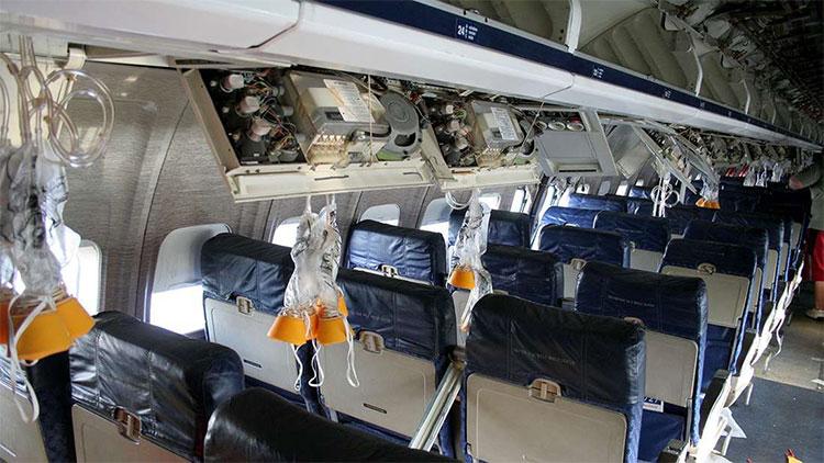 Đây là những gì thực sự sẽ xảy ra nếu bạn muốn mở cửa máy bay khi đang ở giữa bầu trời