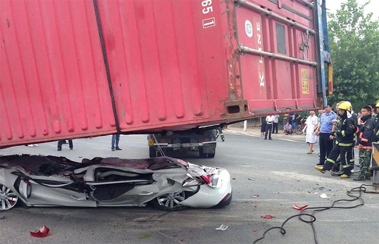 Đi gần xe container, làm sao để an toàn?