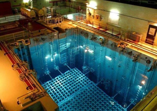 Điều gì xảy ra nếu bạn chạm tay vào thanh nhiên liệu hạt nhân?
