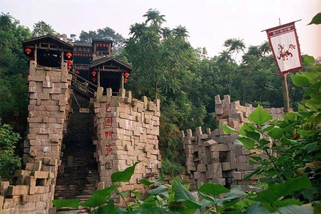 Dinh thự cổ bí ẩn như pháo đài, nằm sâu trong rừng khiến ai cũng hiếu kỳ