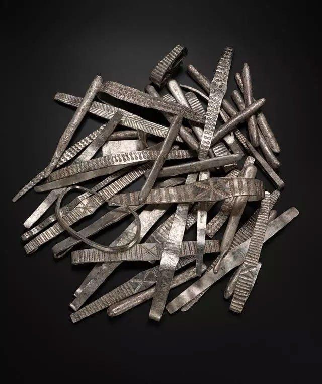 Dò kim loại, đào được kho báu đầy vàng bạc từ 2 thế giới