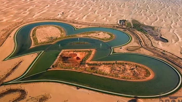 Độc đáo hồ tình yêu giữa sa mạc