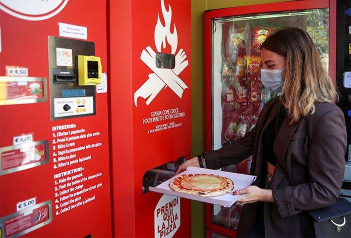 Độc đáo máy bán pizza tự động thơm giòn ở Italia