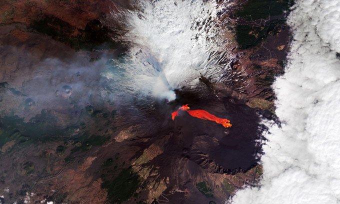 Dòng dung nham đỏ rực chảy từ núi lửa Etna nhìn từ vũ trụ