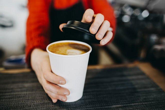 Dùng cốc giấy đựng cà phê nóng, thứ bạn uống sẽ không chỉ là cafein mà còn là những thứ đáng sợ này