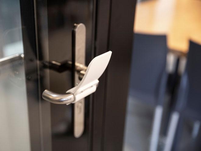Dụng cụ giúp mở cửa không cần dùng bàn tay
