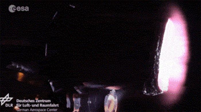 Đường hầm gió plasma phá hủy mô hình vệ tinh
