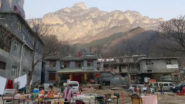 Đường hầm xuyên vách núi dựng đứng cao 1.700m, được đào bằng tay suốt 5 năm