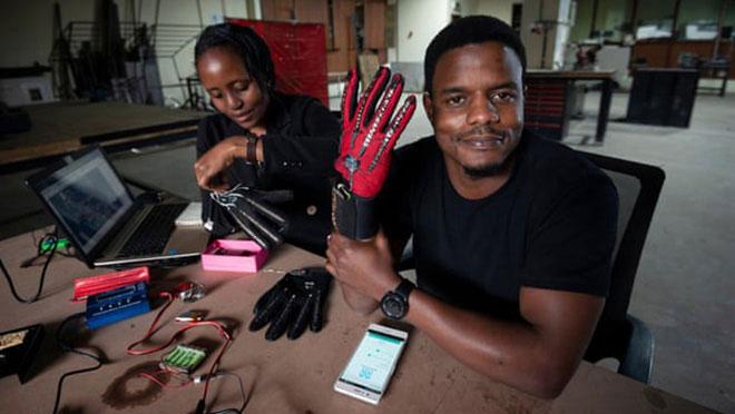Găng tay cho người tàn tật: đọc được ngôn ngữ ký hiệu rồi biến thành giọng nói
