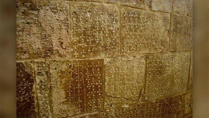 Giải mã hình cây thánh giá trên tường Nhà thờ Mộ Chúa ở Jerusalem
