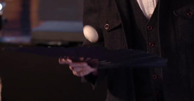 Giải mã màn ảo thuật biến mảnh giấy thành quả trứng ngay trước mắt mọi người