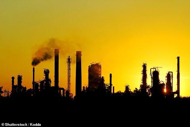 Giới khoa học đề xuất phun chất hóa học lên bầu khí quyển để giảm biến đổi khí hậu