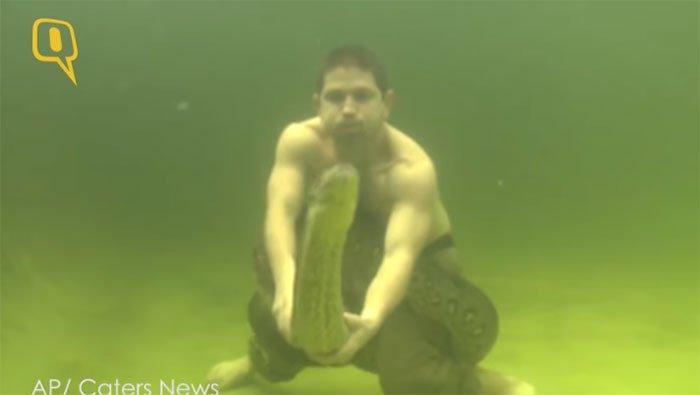 Hãi hùng cảnh tượng người đàn ông vật lộn trăn khủng dưới nước